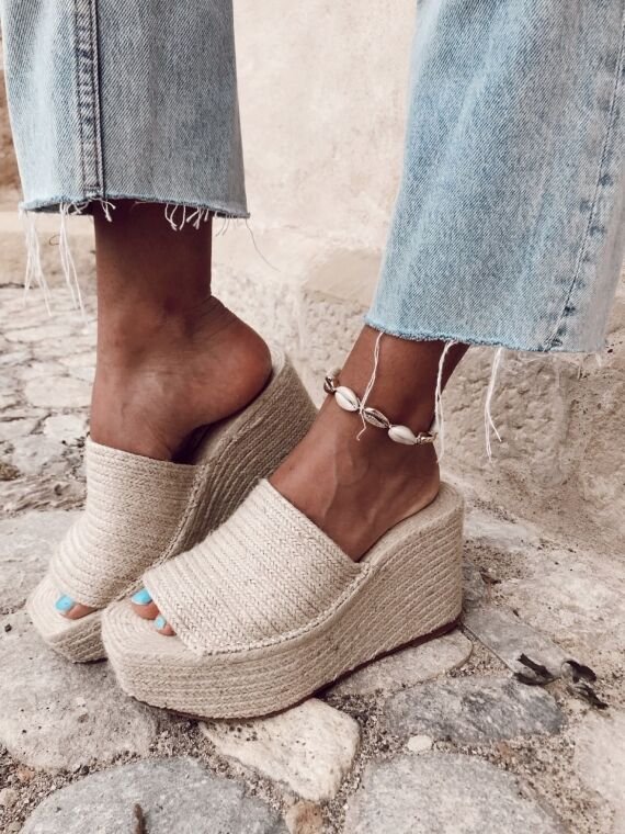 White and gold shell ankle bracelet